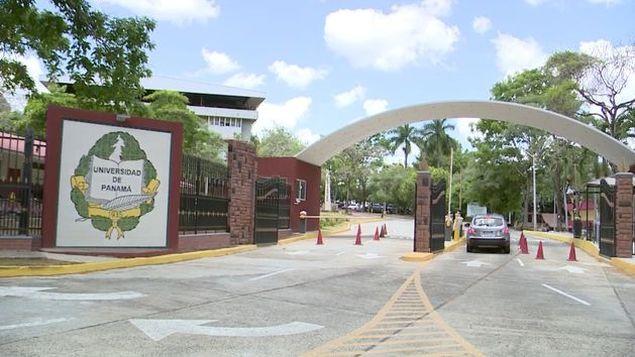 Entrada principal de la Universidad Panama
