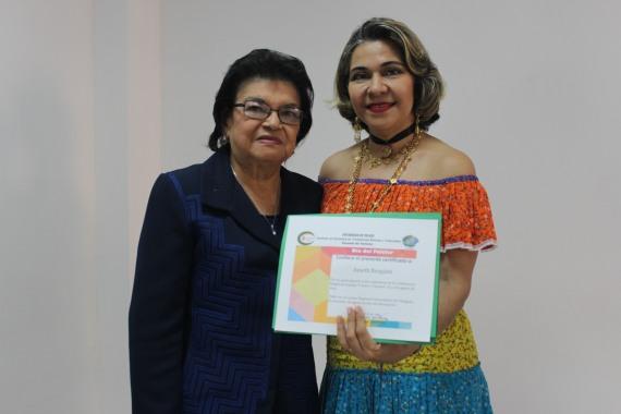 De izq. a derecha. La Dra. Berta de Chen, directora de INESTEC, entrega certificado a la Mgtr. Janeth Brugiatti, conferencista.